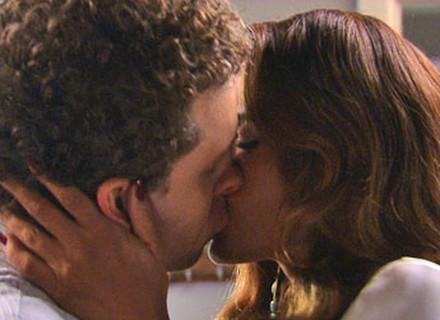 Últimos capítulos: Regina e Vini se beijam, mas ela pede um tempo