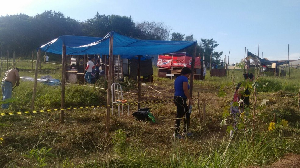 Famílias estão fazendo dermacação na área que pertence a Prefeitura de Piracicaba (Foto: Edijan Del Santo/EPTV)