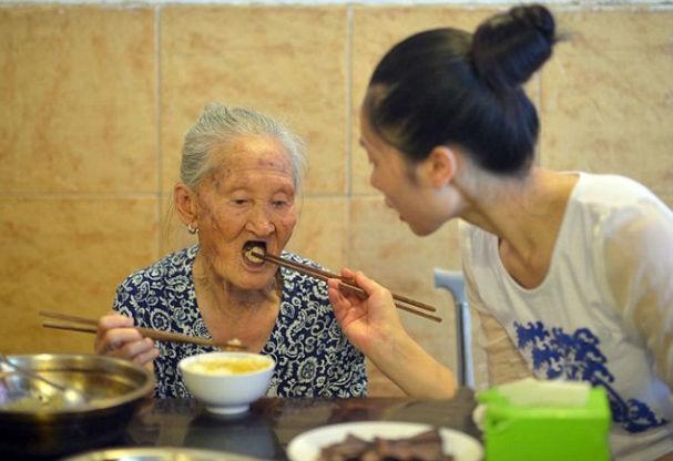 ...dá comida a senhorinha de 88 anos (Foto: Central European News)