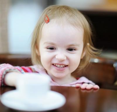 crianca_tomando_cafe (Foto: Shutterstock)