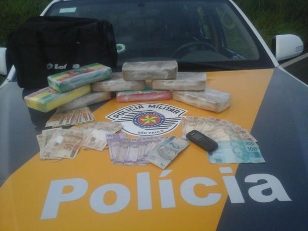 Cocaína e crack foram apreendidos pela Polícia Militar Rodoviária em Bauru (Foto: Divulgação/Polícia Militar Rodoviária)