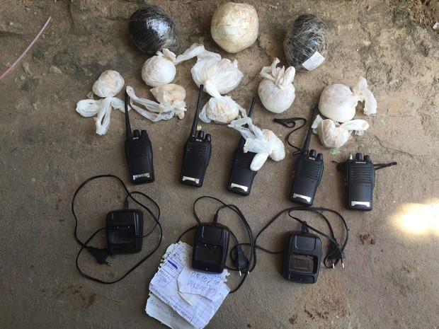 Crack, cocaína e rádios foram levados para a Delegacia de Macaé (Foto: Divulgação/ Polícia Militar)