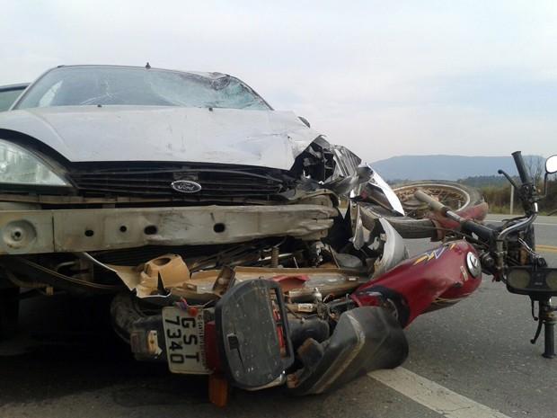 Motociclista fica ferido após bater em carro em Santa Rita do Sapucaí (Foto: Thiago Luz / EPTV)