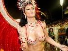 Ex-affair de Andressa Urach deixa seio à mostra durante desfile