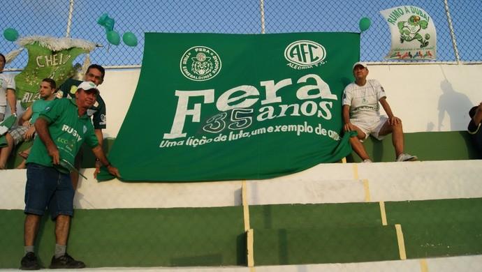 A Fera, torcida organizada do Alecrim, marcou presença no Ninho do Periquito (Foto: Augusto Gomes)