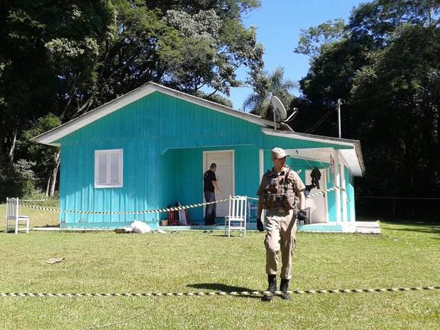 Casa está isolada nesta terça (28) para perícia (Foto: Rafael Juncks/RBS TV)