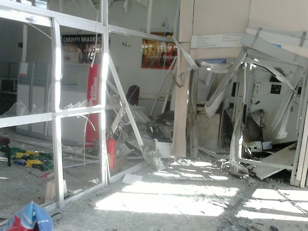 Agência bancária ficou destruída com as explosões, em Ataléia (MG). (Foto: Polícia Militar/Divulgação)