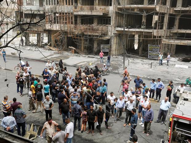 Pessoas se reúnem em frente ao local onde carro-bomba explodiu em Karrada, distrito xiita de Bagdá (Foto: Ahmed Saad/Reuters)