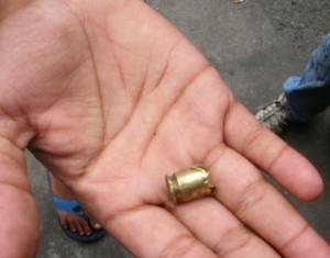 Adolescente mostra projétil encontrado próximo à Boca da Mata, zona rural do Jaçanã, onde houve ataques a ônibus e confronto com a polícia na noite desta segunda (Foto: Rosanne D'Agostino/G1)