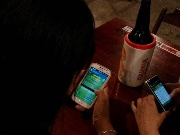 Clientes usam aplicativo em restaurante (Foto: Fast Delivery/Divulgação)