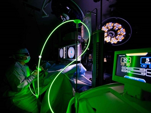 Médicos usam laser para vaporizar próstata em hospital do DF (Foto: Hospital Santa Lúcia/Divulgação)
