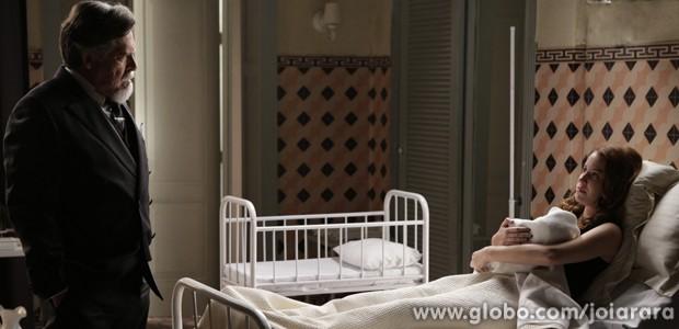 Sílvia provoca Ernest e diz que vai dar o nome de Heitor a criança (Foto: Joia Rara/TV Globo)