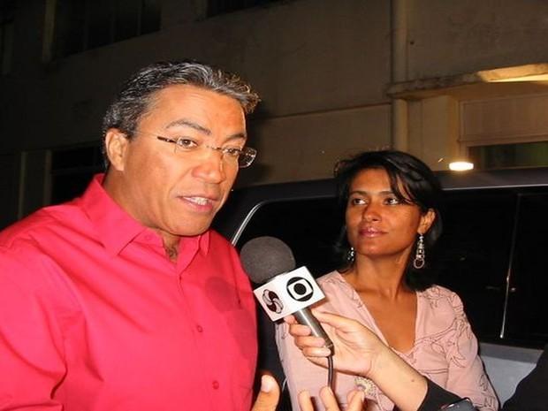 Déda concede entrevista antes do debate entre os candidatos ao governo de Sergipe na TV Sergipe, em setembro de 2010, ao lado da primeira dama Eliane Aquino (Foto: Fredson Navarro / G1)