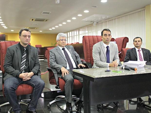Procuradores Públio Caio (segundo, da esquerda para a direita) e Fábio Monteiro (terceiro, da esquerda para a direita) apresentaram relatório de ida a Coari (Foto: Adneison Severiano/G1 AM)