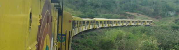 Nove vagões de passageiros foram levados serra acima, rumo a Campina Grande (Foto: Maurício Melo/G1)