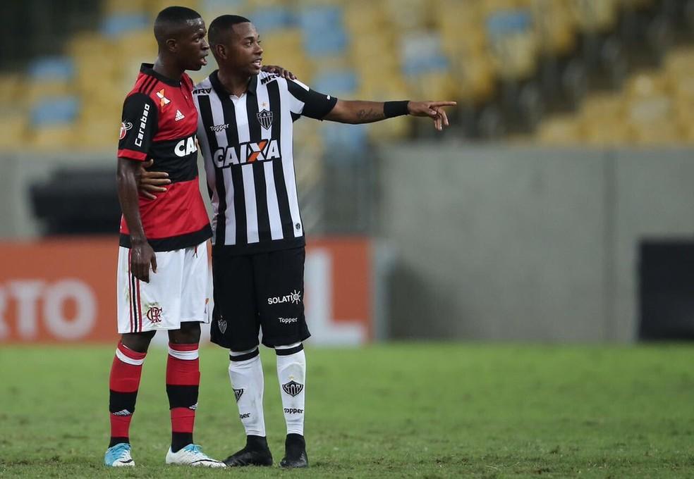 Vinicius Junior estreou pelo profissional do Flamengo contra o Atlético-MG e tietou o ídolo Robinho, ex-Real Madrid (Foto: Reprodução)