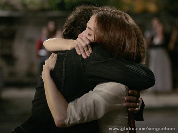 Mãe e filho se abraçam (Foto: Sangue Bom / TV Globo)