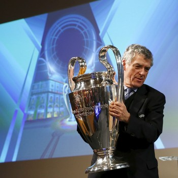 Vice-presidente da Uefa Villar Llona com a taça da Champions (Foto: Reuters)