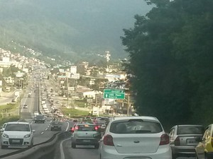 Sc-401 teve longa fila por causa da obra na avenida da Saudade. (Foto: Daniela Peretti/ RBS TV)