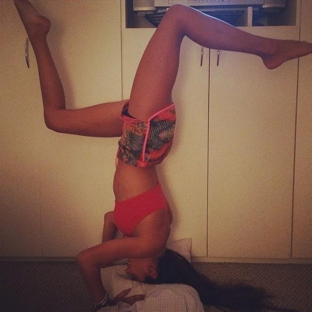 Laura Neiva posta foto de top e short e prova que tem muito equilíbrio