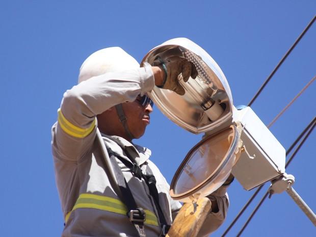Cerca de 900 lâmpadas são trocadas mensalmente na cidade. (Foto: Wilson Medeiros )