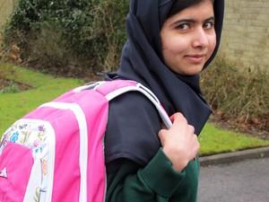 Malala Yousafzai no primeiro dia de aula nesta terça (19), semanas depois de ter deixado o hospital (Foto: Malala Press Office/AP Photo)