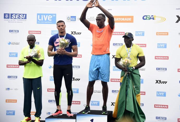 """Usain Bolt no topo do pódio do """"Bolt Contra o Tempo"""" no Rio (Foto: André Durão)"""