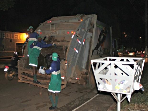 Garis fazem coleta de lixo em Porto Velho (Foto: Ivanete Damasceno/G1)