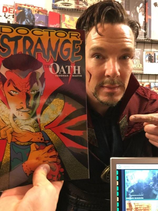 Benedict Cumberbatch vestido como Dr. Estranho e segurando um gibi do personagem da Marvel (Foto: Instagram)