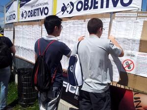 Vestibulandos consultam locais de prova do Vestibular 2013 da Unicamp, em Campinas (Foto: Isabela Leite / G1 Campinas)
