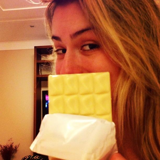 Ex-BBB Fernanda posa com chocolate (Foto: Instagram/ Reprodução)