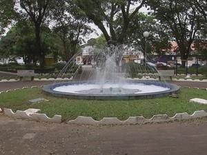 Para combater mosquito, fonte é lavada pela prefeitura (Foto: Reprodução/ TV TEM)