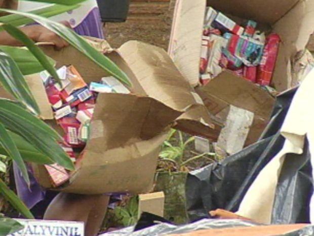 Os medicamentos, que são amostras grátis, foram jogados em três caixas.  (Foto: reprodução/TV Tem)