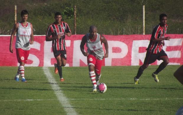 Cascata marcou o primeiro gol da vitória do América-RN (Foto: Tiago Menezes/GLOBOESPORTE.COM)