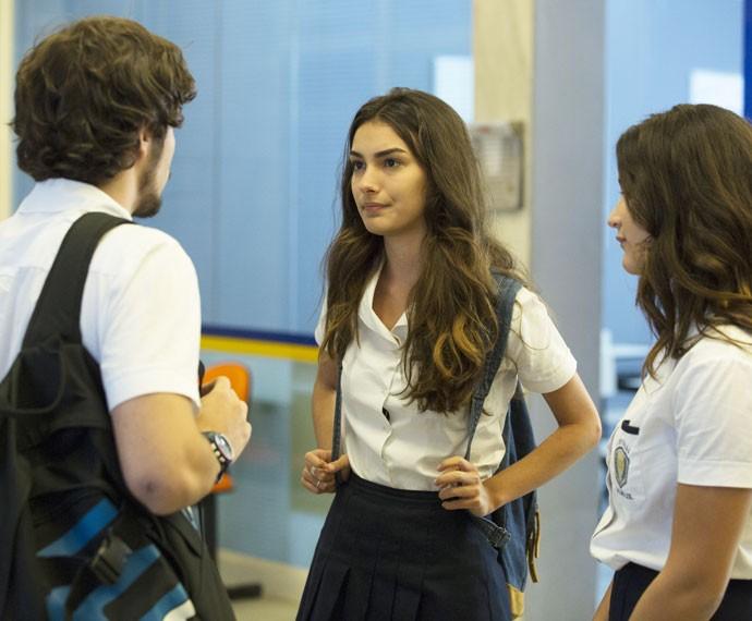 Luciana e Lívia conversam e Luan se aproxima (Foto: Felipe Monteiro / Gshow)