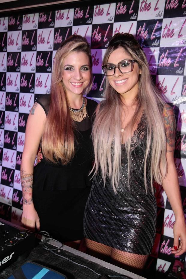 Clara e Vanessa juntas na balada (Foto: Léo Franco/ AgNews)