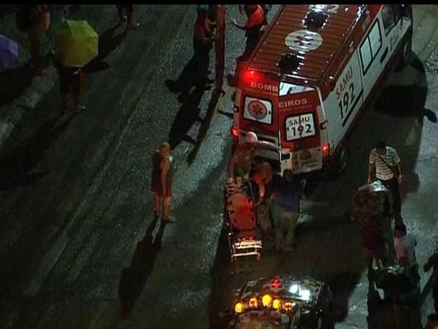 Bombeiros trabalham no atendimento as vítimas após acidente com trens em Mesquita, no Rio de Janeiro (Foto: Reprodução/Globo News)