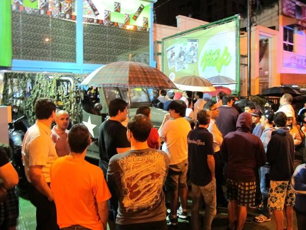 Mesmo com chuva, fila de fãs que compraram jogo 'Call of Duty: Black Ops II' em pré-venda tomou conta da calçada de loja em Santos, SP (Foto: Matheus Misumoto/G1)
