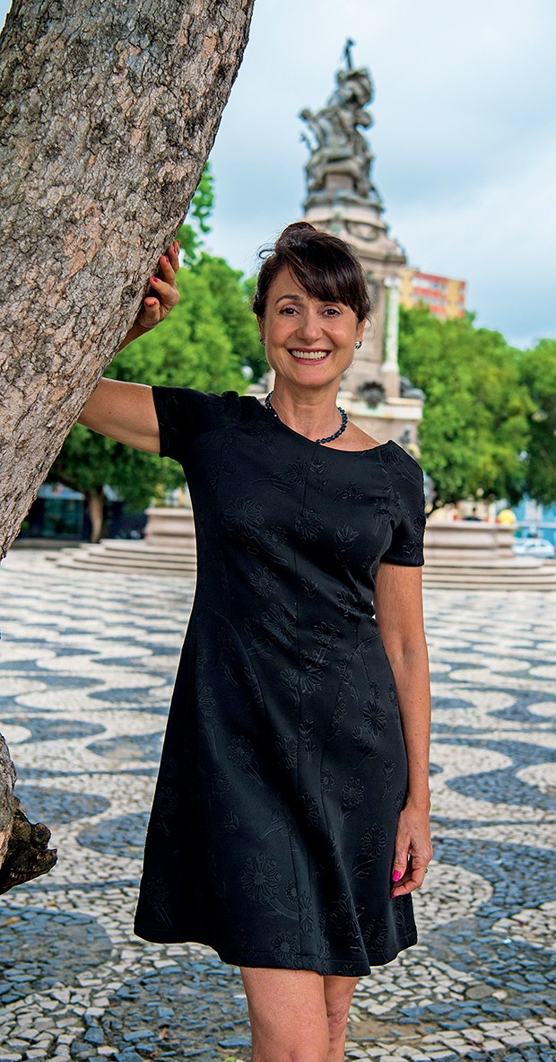 A atriz no Largo de  São Sebastião, na  capital do Amazonas  (Foto:  )