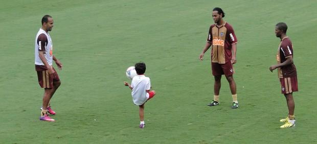 Ronaldinho, filho do Alecsandro, treino Altético-MG (Foto: Léo Simonini)