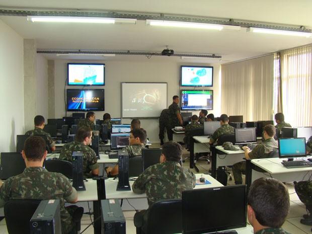 Militares durante treinamento de guerra cibernética, que usa software para simulares ataques e defesas no mundo virtual. (Foto: Divulgação/Rustcon)