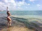 Tatiele Polyana mostra o 'bumbum na nuca' durante férias em Maceió