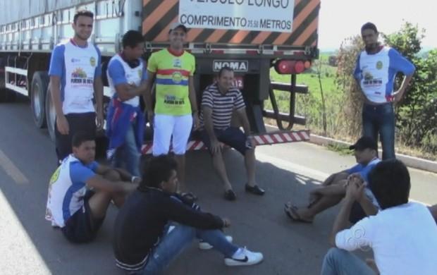 Jogadores do Plácido de Castro na BR 364 (Foto: Reprodução/TV Acre)