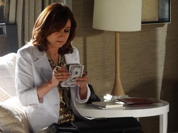 Berna conta dinheiro de Mustafá  (Foto: Salve Jorge/ TV Globo)