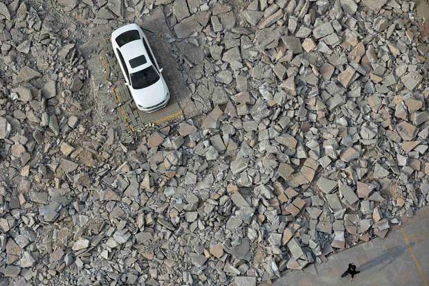 Após 10 dias tentando encontrar o dono do carro, a empresa decidiu continuar demolição do prédio com o veículo estacionado  (Foto: Reuters)