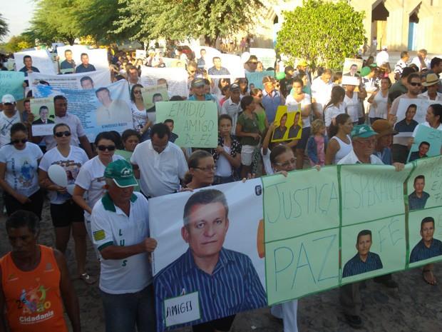 Com cartazes e fotos, amigos e familiares de Emídio Reis pedem justiça (Foto: Hamilton Rocha)