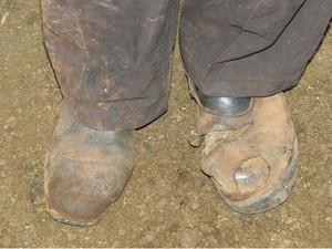 Trabalhador utiliza sapatos trocados por falta de calçados (Foto: Hélder Almeida/ Clic Folha)