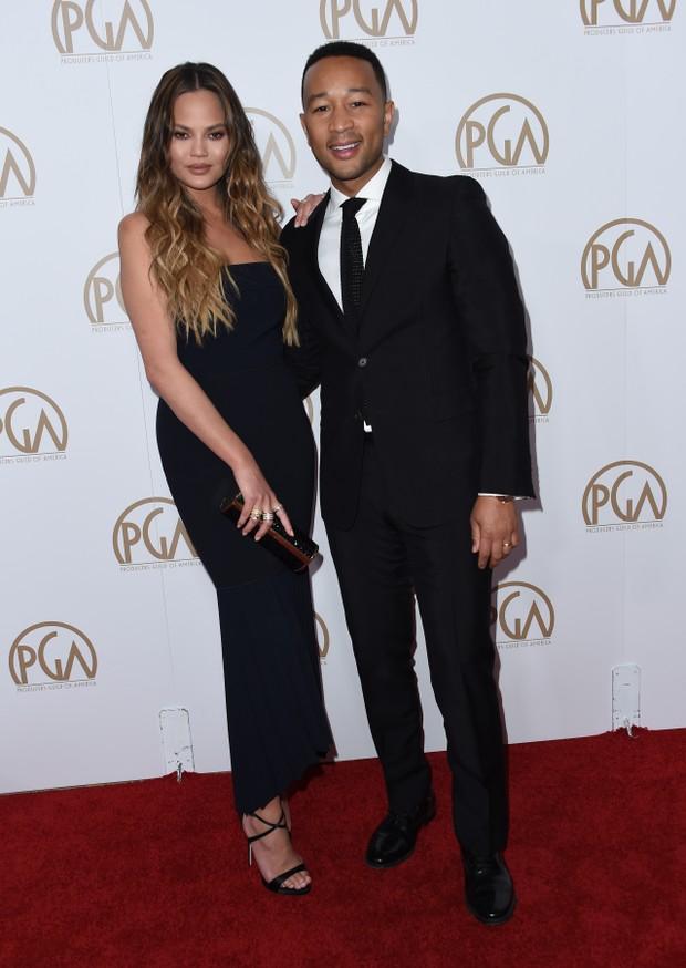 Chrissy Teigen e John Legend em premiação em Los Angeles, nos Estados Unidos (Foto: Chris Delmas/ AFP)