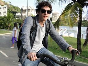 Guilherme Prates sobe na bicicleta para interpretar Dinho (Foto: Malhação / Tv Globo)