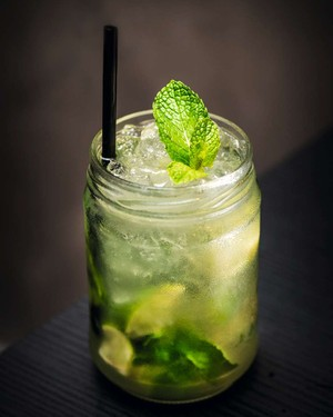 Drinquecom licor verde, hortelã, limão e soda do Rendez-Vous (Foto: Gustavo Pirra / Divulgação)